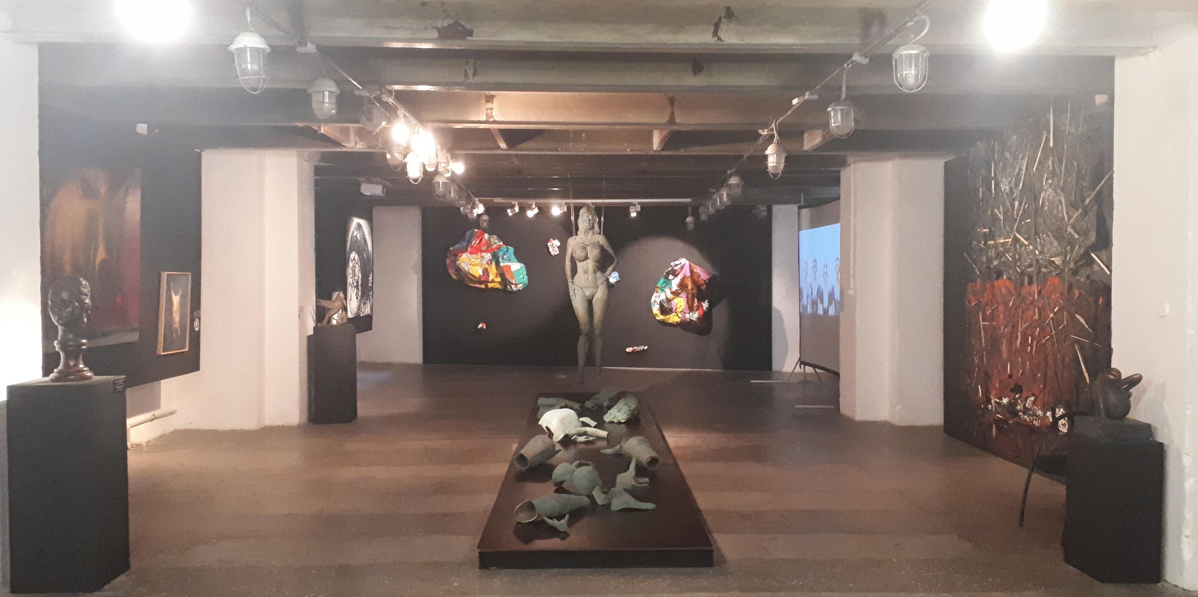 С ног на голову: в Петербурге проходит выставка гротеска