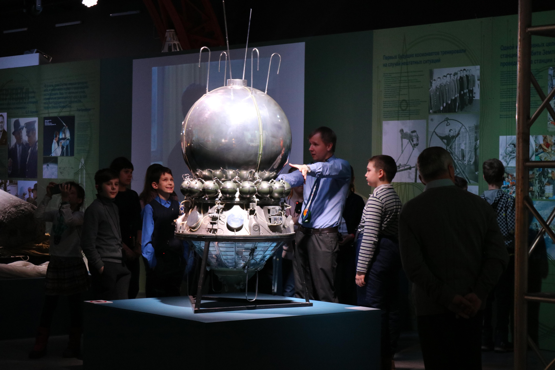 Между звездами и землей: в Петербурге открылась выставка про космос