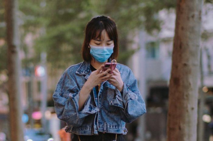 Эксперимент: пешеход со смартфоном сбивает толпу
